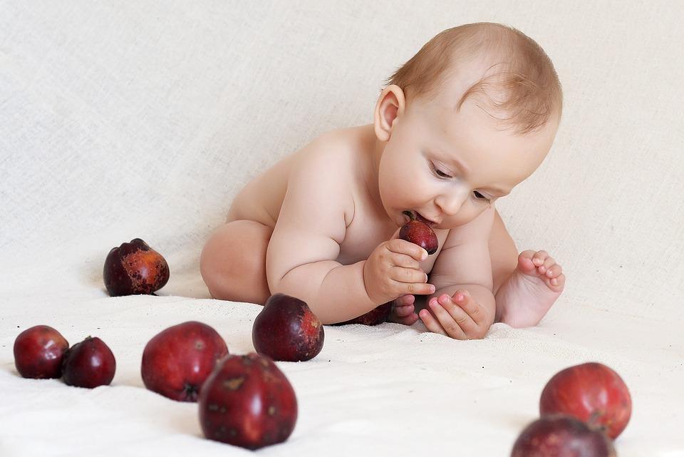 赤ちゃんがほこりを食べると危険?体への影響と対策について