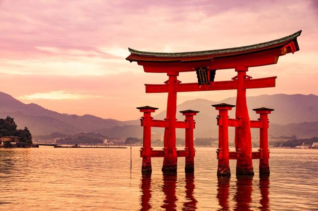 厳島神社の大鳥居はなぜ海の中に?腐らない理由や倒れない構造が気になる!